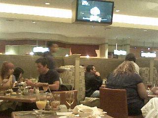 ぶれてるけどバフェで食べる人たち